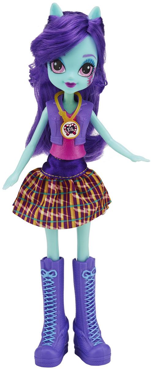 My Little Pony Кукла Sunny FlareB1769_B2020Куклы пони-девочки из мультфильма Equestria Girl - это удивительные и очаровательные куклы, которых так давно ждали ценители маленьких пони. Кукла наряжена в повседневную одежду - школьную форму, в которой она посещает Кристальную Академию. У Sunny Flare тело необычного голубого оттенка и фиолетовые волосы. Они собраны в хвост, а челка разделена на две неравные части. Глаза у куклы очень красивые и выразительные, бледно-розового цвета. Помада на губах цвета фуксии. На щеке изображена кьюти-марка девушки-пони. Верх наряда сделан из пластика - это розовая футболка с фиолетовой жилеткой сверху, а юбка текстильная. У куклы очень стильная обувь: высокие сапоги до колен, фиолетовые с голубой шнуровкой. Ножки куклы, как и ее руки, могут двигаться, но не сгибаются. Голову можно поворачивать, а волосы - распустить и расчесывать, а также делать из них прически по своему вкусу. В комплект вместе с куклой входит коллекционная карточка. А еще у куклы есть необычный аксессуар -...