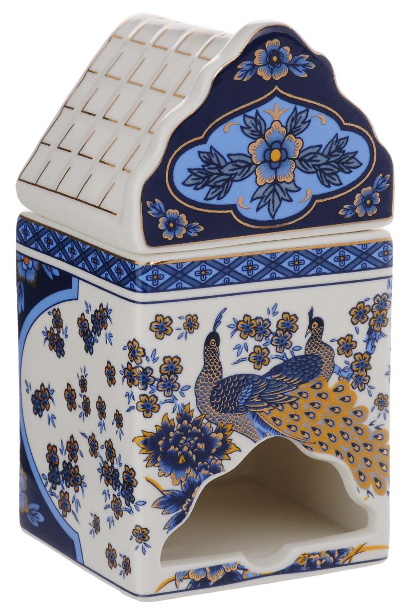 Банка для чайных пакетиков Elan Gallery Синий павлин503806Банка для чайных пакетиков Elan Gallery Синий павлин изготовлена из высококачественной керамики в виде домика, украшенного ярким рисунком и узорами. Банка оснащена удобной крышкой и отверстием снизу, с помощью которого удобно доставать чайные пакетики. Такая оригинальная банка для хранения красиво оформит кухонный стол и удивит вас своей функциональностью. Размер банки (с учетом крышки): 8,5 х 8,5 х 17,5 см.