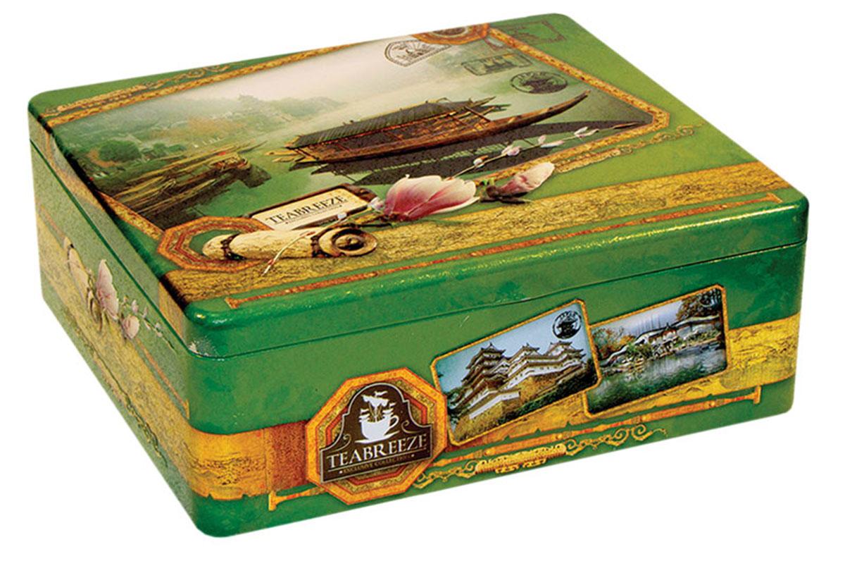 Teabreeze Япония, Китай подарочный чайный набор с чашкой, 100 г4620009890578В состав подарочного набора Teabreeze Япония, Китай входят: Чай Настоящий Ганпаудер: Это зеленый чай с особой структурой высушенного листа. Для него выбирается только флеш - верхние листья с почкой. Ганпаудер, а именно так называют сухой чайный лист, свернутый в шарик, получил свое название в начале 19 века благодаря сходству с пороховым зарядом для ружья. Кроме того, в этом названии отражен и взрывной характер этого чая: при заваривании лист раскрывается полностью и очень быстро. Эти свойства Ганпаудер приобретает в процессе производства. Свежесобранный лист сначала провяливают на свежем воздухе, затем прокатывают паром и только после этого сворачивают в шарики и сушат. Благодаря подобной обработке чайный лист дольше сохраняет свои полезные качества и остается неповрежденным. Такой технологический процесс обеспечивает насыщенный терпкий вкус и придает напитку из этого чая неповторимый сладкий аромат с запахом дыма и сухофруктов. ...