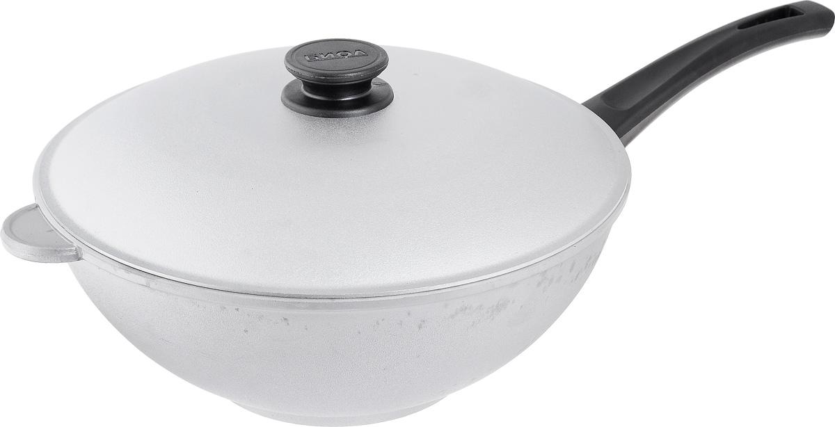 Сковорода-вок Биол с крышкой. Диаметр 30 см3002КСковорода-вок Биол изготовлена из литого алюминия с утолщенным дном. Посуда равномерно и быстро нагревается, позволяя существенно сократить время приготовления пищи. Изделие оснащено плотно прилегающей крышкой, позволяющей сохранить аромат готовящегося блюда. Сковорода снабжена эргономичной бакелитовой ручкой. Нельзя оставлять приготовленную пищу в посуде для хранения. Подходит для газовых, электрических и стеклокерамических типов плит, кроме индукционных. Рекомендовано мыть вручную. Диаметр по верхнему краю: 30 см. Высота стенки: 12 см. Толщина стенки: 5 м. Толщина дна: 7 мм. Диаметр основания: 15 см. Длина ручки: 18,5 см.