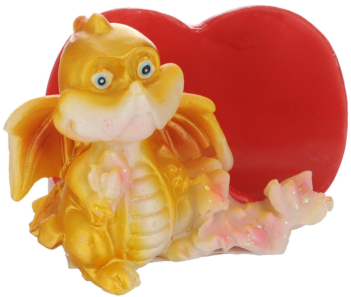 Статуэтка декоративная Lunten Ranta Влюбленный дракончик, с подставкой для визиток60273Очаровательная статуэтка Lunten Ranta Влюбленный дракончик станет оригинальным подарком для всех любителей стильных вещей. Она выполнена из полирезина в виде дракончика и имеет удобную подставку для визиток в виде сердца. Забавный сувенир станет прекрасным дополнением к интерьеру. Вы можете поставить статуэтку в любом месте, где она будет удачно смотреться и радовать глаз. Размер статуэтки: 6,5 х 4,5 х 4,5 см.