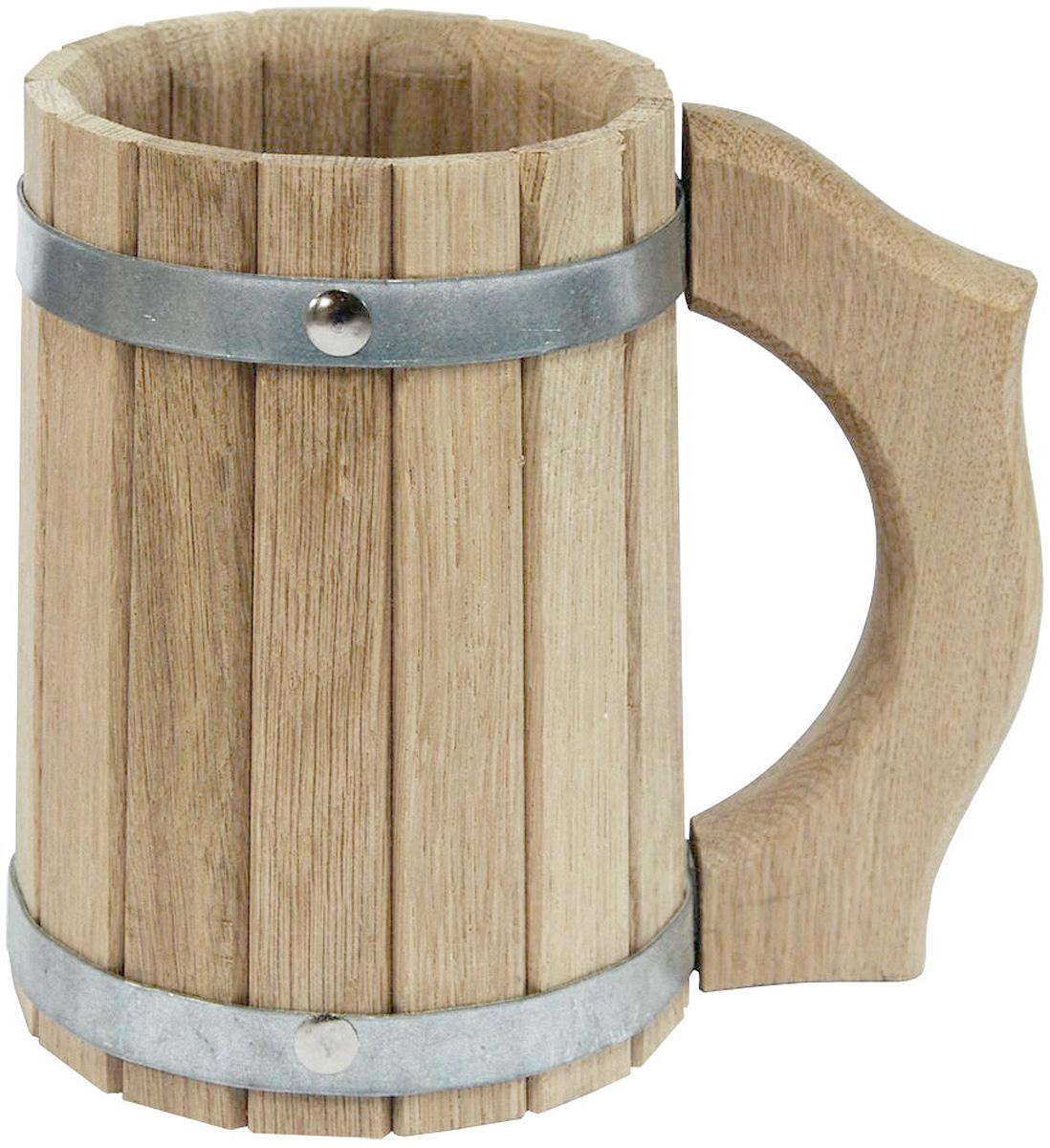 Кружка для бани и сауны Proffi Sauna, 1 лPS0049Кружка Proffi Sauna выполнена из натурального дуба с двумя металлическими обручами и резной ручкой. Она просто незаменима для подачи напитков, приготовления отваров из трав и ароматических масел, также подходит для декора или в качестве сувенира. Эксплуатация бондарных изделий. Перед первым использованием бондарное изделие рекомендуется подготовить. Для этого нужно наполнить изделие холодной водой и оставить наполненным на 2-3 часа. Затем необходимо воду слить, обдать изделие сначала горячей, потом холодной водой. Не рекомендуется оставлять бондарные изделия около нагревательных приборов, а также под длительным воздействием прямых солнечных лучей. С момента начала использования бондарного изделия не рекомендуется оставлять его без воды на срок более 1 недели. Но и продолжительное время хранить в таких изделиях воду тоже не следует. После каждого использования необходимо вымыть и ошпарить изделие кипятком. В качестве моющих средств желательно...