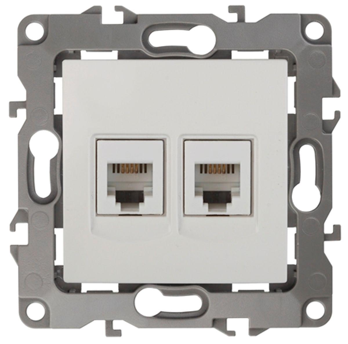 Розетка телефонная Эра, двойная, цвет: белый12-3106-01Двойная телефонная розетка Эра скрытой установки, категории 3, имеет бронзовые контакты, фиксаторы модулей и защитные прозрачные крышки. Предназначена для установки в телекоммуникационных сетях и служит для подсоединения внешних устройств (телефон, факс и прочее). Автоматические зажимы кабеля обеспечивают быстрый и надежный монтаж изделия к электросети без отвертки и не требуют обслуживания в отличие от винтовых зажимов.