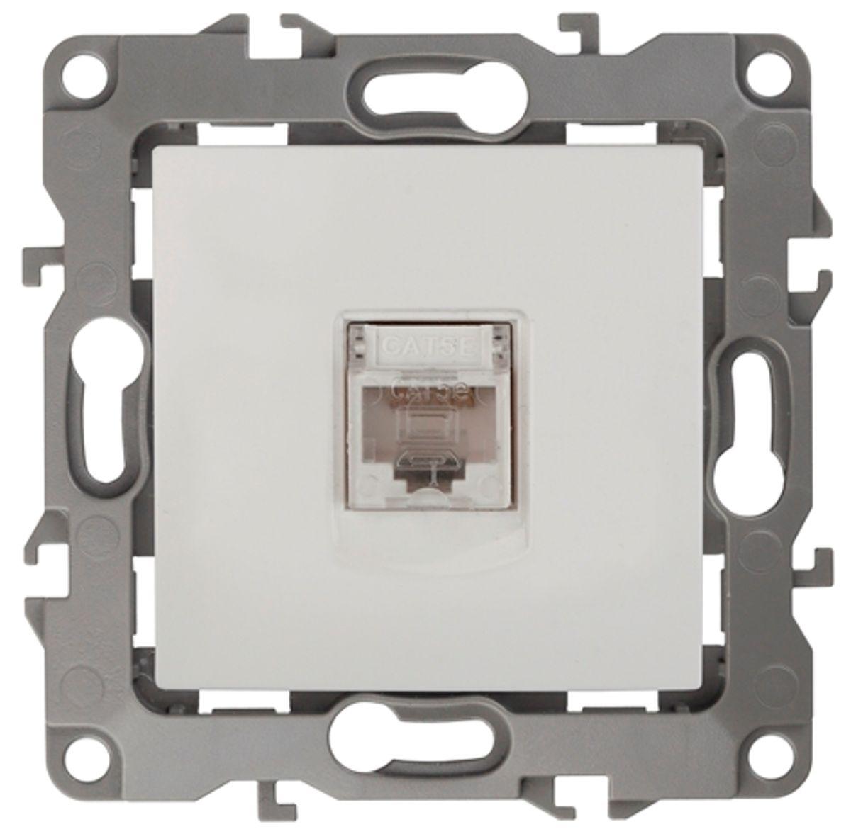 Розетка информационная Эра, цвет: белый12-3107-01Информационная розетка Эра скрытой установки, категории 5е, имеет бронзовые контакты, фиксаторы модулей и защитную крышку. Предназначена для установки в телекоммуникационных сетях и служит для подключения к локальным сетям, сети интернет и для подсоединения внешних устройств (телефон, факс и прочее). Автоматические зажимы кабеля обеспечивают быстрый и надежный монтаж изделия к электросети без отвертки и не требуют обслуживания в отличие от винтовых зажимов.