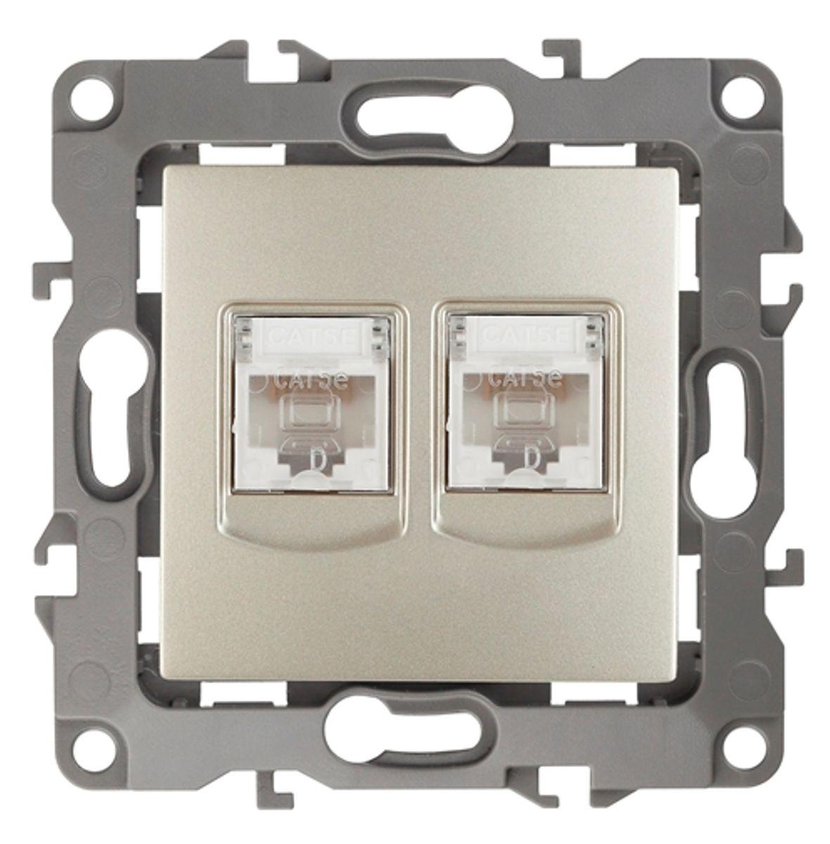 Розетка информационная Эра, двойная, цвет: шампань12-3108-04Двойная информационная розетка Эра скрытой установки, категории 5е, имеет бронзовые контакты, фиксаторы модулей и защитные прозрачные крышки. Предназначена для установки в телекоммуникационных сетях и служит для подключения к локальным сетям, сети интернет и для подсоединения внешних устройств (телефон, факс и прочее). Автоматические зажимы кабеля обеспечивают быстрый и надежный монтаж изделия к электросети без отвертки и не требуют обслуживания в отличие от винтовых зажимов.