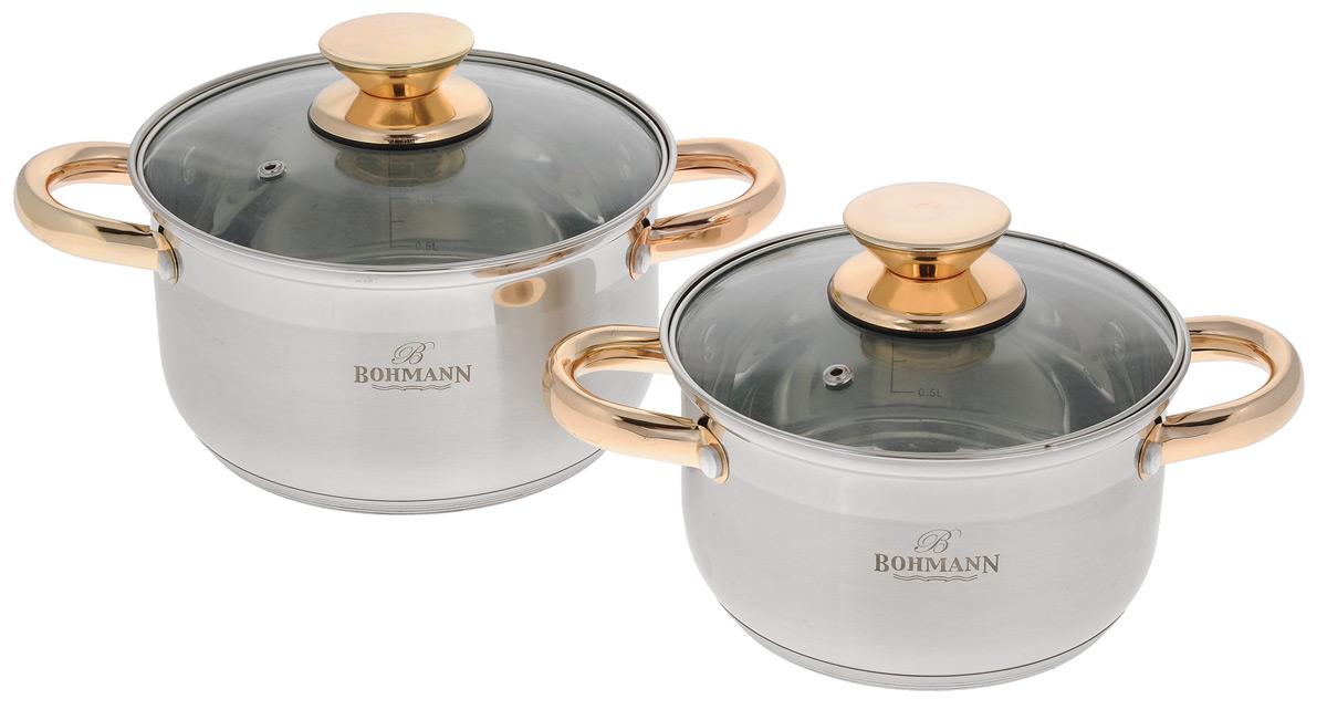 Набор посуды Bohmann, 4 предмета0102BH/NEWНабор посуды Bohmann состоит из двух кастрюль разного объема с крышками. Предметы набора выполнены из высококачественной нержавеющей стали с внешним и внутренним зеркальным покрытиями. Ручки кастрюль и крышек золотистого цвета. Крышки из термостойкого стекла снабжены металлическими ободками и отверстиями для выпуска пара. Пятислойное капсульное дно обеспечивает равномерное распределение тепла. Предметы набора подходят для всех типов плит, включая индукционные. Можно мыть в посудомоечной машине. Возможно использование в духовом шкафу. Большая кастрюля: диаметр 18 см, высота 10,5 см, объем 2,6 л. Малая кастрюля: диаметр 16 см, высота 9,5 см, объем 2 л.