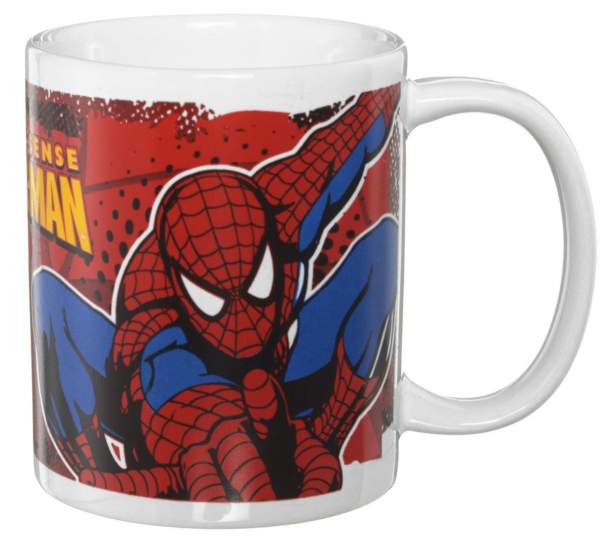 Disney Кружка детская Человек-паук 330 мл70556Детская кружка Disney Человек-паук с любимым героем станет отличным подарком для вашего ребенка. Она выполнена из керамики и оформлена изображением героя мультфильма Человек-паук. Кружка дополнена удобной ручкой. Такой подарок станет не только приятным, но и практичным сувениром: кружка будет незаменимым атрибутом чаепития, а оригинальное оформление кружки добавит ярких эмоций и хорошего настроения. Можно использовать в СВЧ-печи и посудомоечной машине.