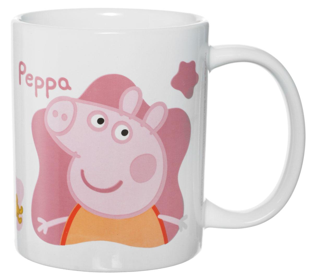 Peppa Pig Кружка 330 мл72706Кружка Peppa Pig идеально подойдет для вашего ребенка. Она выполнена из керамики и оформлена изображением Свинки Пеппы. Удобная ручка позволит ребенку самостоятельно держать чашку. Допустимо использование в посудомоечной машине и СВЧ, не использовать на открытом огне.