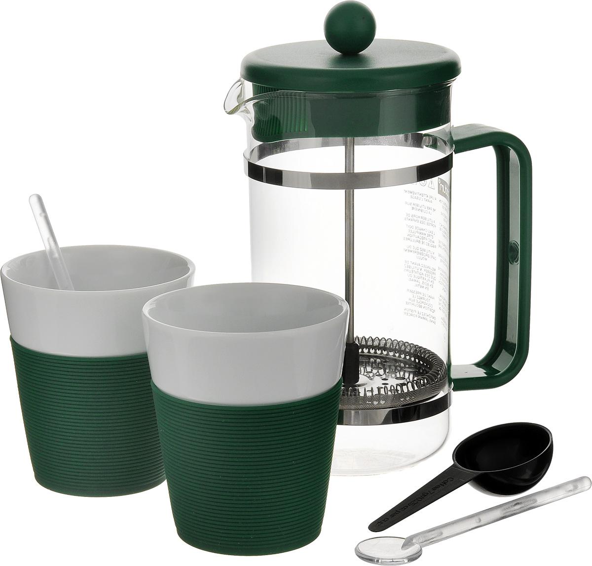 Набор кофейный Bodum Bistro, цвет: зеленый, белый, 5 предметов. AK1508-XY-Y15AK1508-XY-Y15_зеленыйКофейный набор Bodum Bistro состоит из чайника френч-пресса, 2 стаканов и 2 ложек. Френч-пресс выполнен из высококачественного жаропрочного стекла, нержавеющей стали и пластика. Френч-пресс - это заварочный чайник, который поможет быстро приготовить вкусный и ароматный чай или кофе. Металлический нержавеющий фильтр задерживает чайные листочки и частички зерен кофе. Засыпая чайную заварку или кофе под фильтр, заливая горячей водой, вы получаете ароматный напиток с оптимальной крепостью и насыщенностью. Остановить процесс заваривания легко, для этого нужно просто опустить поршень, и все уйдет вниз, оставляя сверху напиток, готовый к употреблению. Для френч-пресса предусмотрена специальная пластиковая ложечка. Элегантные стаканы выполнены из высококачественного фарфора и оснащены резиновой вставкой, защищающей ваши руки от высоких температур. В комплекте - 2 мерные ложечки, выполненные из пластика. Яркий и стильный набор украсит стол к...