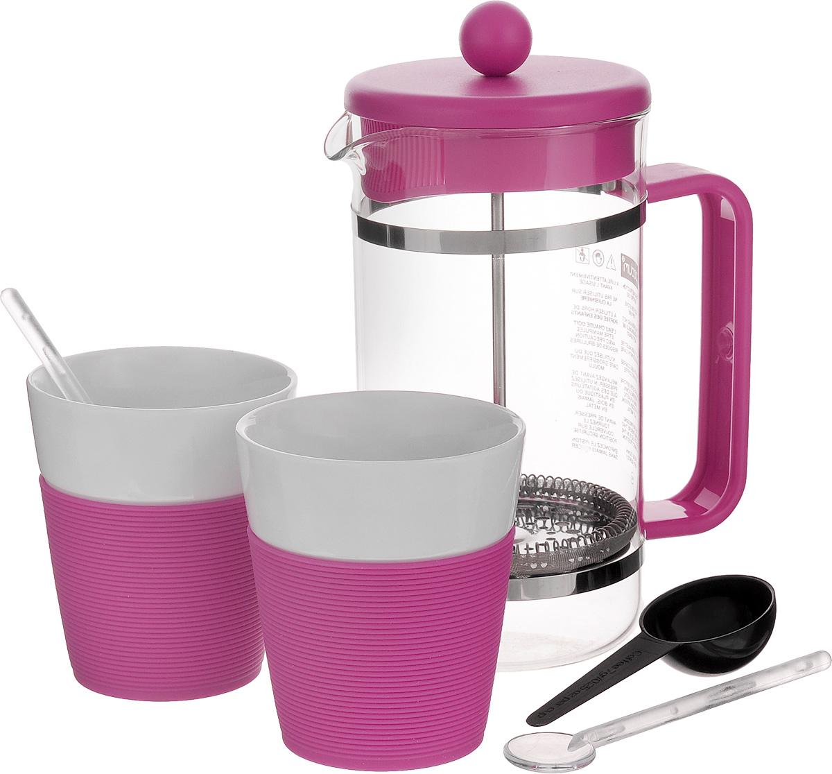 Набор кофейный Bodum Bistro, цвет: розовый, белый, 5 предметов. AK1508-XY-Y15AK1508-XY-Y15_розовыйКофейный набор Bodum Bistro состоит из чайника френч-пресса, 2 стаканов и 2 ложек. Френч-пресс выполнен из высококачественного жаропрочного стекла, нержавеющей стали и пластика. Френч-пресс - это заварочный чайник, который поможет быстро приготовить вкусный и ароматный чай или кофе. Металлический нержавеющий фильтр задерживает чайные листочки и частички зерен кофе. Засыпая чайную заварку или кофе под фильтр, заливая горячей водой, вы получаете ароматный напиток с оптимальной крепостью и насыщенностью. Остановить процесс заваривания легко, для этого нужно просто опустить поршень, и все уйдет вниз, оставляя сверху напиток, готовый к употреблению. Для френч-пресса предусмотрена специальная пластиковая ложечка. Элегантные стаканы выполнены из высококачественного фарфора и оснащены резиновой вставкой, защищающей ваши руки от высоких температур. В комплекте - 2 мерные ложечки, выполненные из пластика. Яркий и стильный набор украсит стол к...