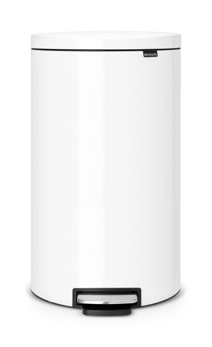 Бак мусорный Brabantia FlatBack+, с педалью, цвет: белый, 30 л485206Мусорный бак FlatBack+ - это самый эргономичный бак бренда Brabantia. При этом механизм MotionControl обеспечивает бесшумное закрывание и мягкое действие педали. Но и это еще не все - бак имеет защиту от отпечатков пальцев, а также удобную гибкую ручку для переноски. Особенности: Бесшумное закрывание и мягкое действие педали - механизм MotionControl; Рациональное использование пространства - благодаря конструкции бак может устанавливаться вплотную к стене или кухонному шкафу; При открывании крышка не касается стены; Удобная очистка - съемное внутреннее ведро из пластика со складными захватами; При открывании вручную крышка фиксируется в открытом положении; Всегда опрятный вид – идеально подходящие по размеру мешки для мусора с завязками (размер G); Удобная смена мешков для мусора - специальная функция фиксации внутреннего ведра в поднятом положении; Бак удобно перемещать - гибкая ручка для переноски; ...
