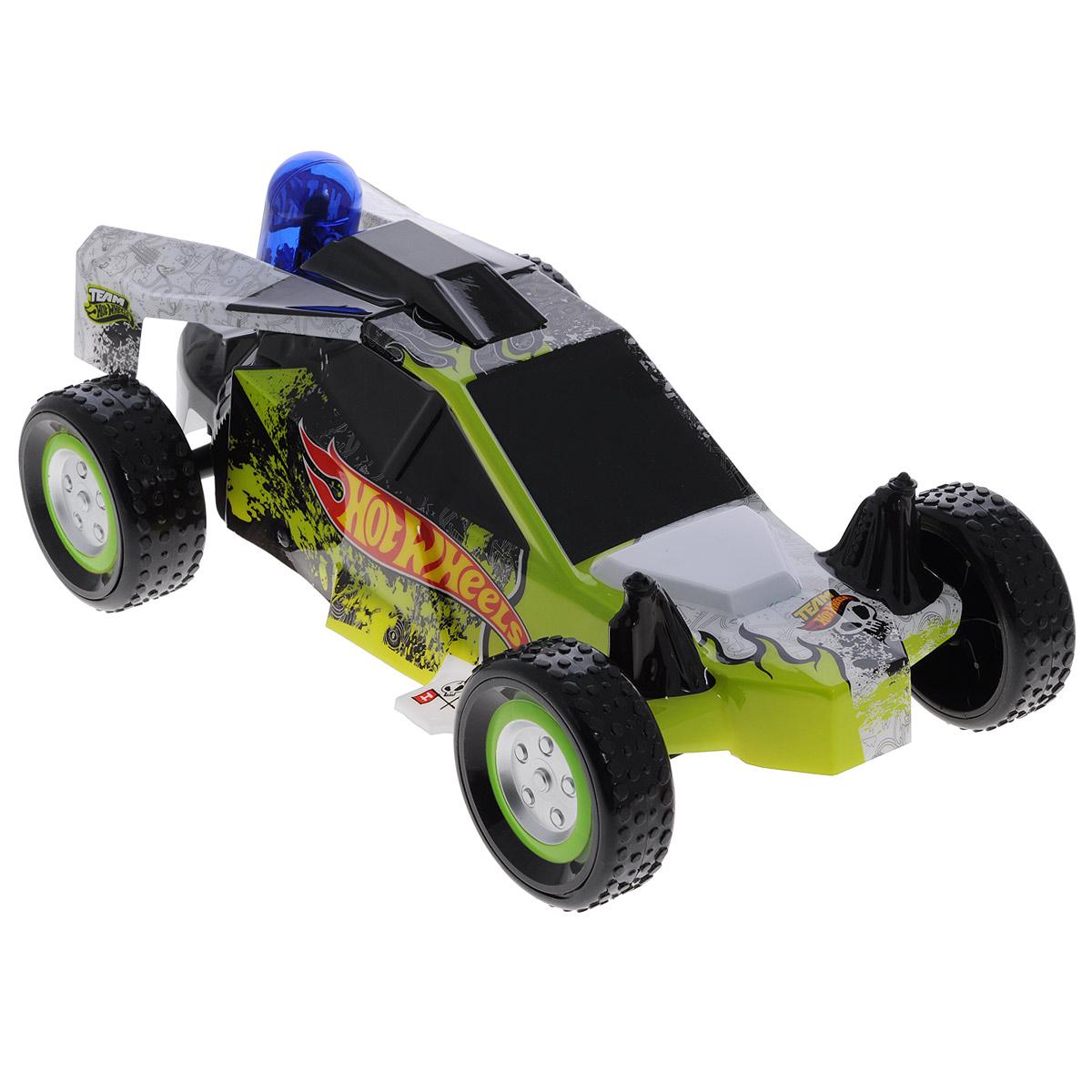 Hot Wheels Машина на радиоуправлении Nitro Buggy63258Радиоуправляемая модель Hot Wheels Nitro Buggy обязательно понравится вашему малышу! Невероятно сверхскоростная, легкая и маневренная машинка изготовлена из прочного пластика, шины выполнены из мягкой резины. Машинка управляется при помощи удобного и эргономичного пульта с антенной. Модель разгоняется до 20 км/ч и может двигаться в 8 различных направлениях (4 из них - задним ходом). Машинка оснащена нитроускорителем и имеет эффект двойного ускорения. Нажмите на кнопку двойного ускорения, расположенную на пульте управления машинкой, нитроускоритель засветится, а багги разгонится сильнее обычного. Ваш ребенок часами будет играть с игрушкой, придумывая различные истории и устраивая соревнования. Порадуйте его таким замечательным подарком! Машинка работает от сменного аккумулятора (входит в комплект). Для работы пульта управления необходимы 2 батарейки типа АА (товар комплектуется демонстрационными).