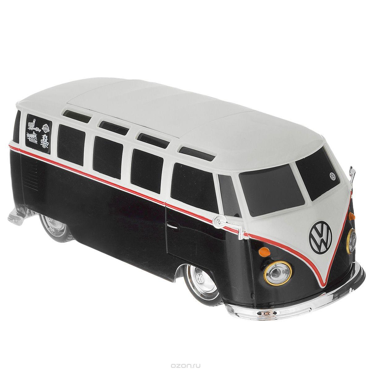 Maisto Радиоуправляемая модель Volkswagen Van Samba цвет черный белый81144_черный, белый_1745Модель представляет собой точную миниатюрную копию одного из культовых микроавтобусов мира. Автомобиль отличается высокой детализацией и ходовыми характеристиками - имеются амортизаторы, дифференциал, можно выбрать две частотные полосы и управлять одновременно двумя моделями. Модель оснащена световыми приборами: светятся задние фонари и передние фары, сигналы поворота и стоп-сигналы.