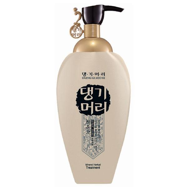 DaengGiMeоRi кондиционер для волос Mineral Herbal, 500 мл8807779083461Daeng Gi Meo Ri Mineral Herbal кондиционер предназначен для редких поврежденных волос. Он минимизирует раздражение кожи головы и предотвращает выпадение волос. Кондиционер содержит экстракт водорослей, который богат альгиновой кислотой, а также масло авокадо, которое придает гладкость и блеск волосам. Экстракт ферментированных рисовых отрубей обеспечивают мягкость волосам.