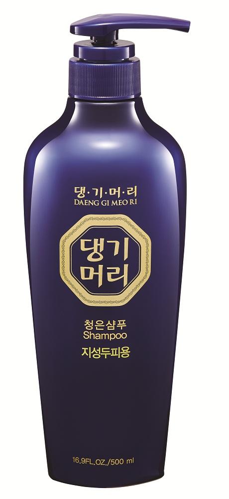 DaengGiMeоRi Шампунь для жирной кожи головы Chungeun, 500 мл8807779084697Уникальная косметическая продукция Тенги Мори производится на основе экстрактов восточных лечебных трав по технологии, основанной на народных рецептах изготовления косметики в Корее. Шампунь содержит экстракты хризантемы сибирской, женьшеня, горца многоцветкового и коры шелковицы, которые способствуют улучшению циркуляции крови в коже головы и придают волосам силу и эластичность. Экстракты мяты и алоэ снимают зуд кожи головы и обеспечивают приятный освежающий эффект. Шампунь бережно очищает, нормализует себорегуляцию и обладает антибактериальным и успокаивающим действием.