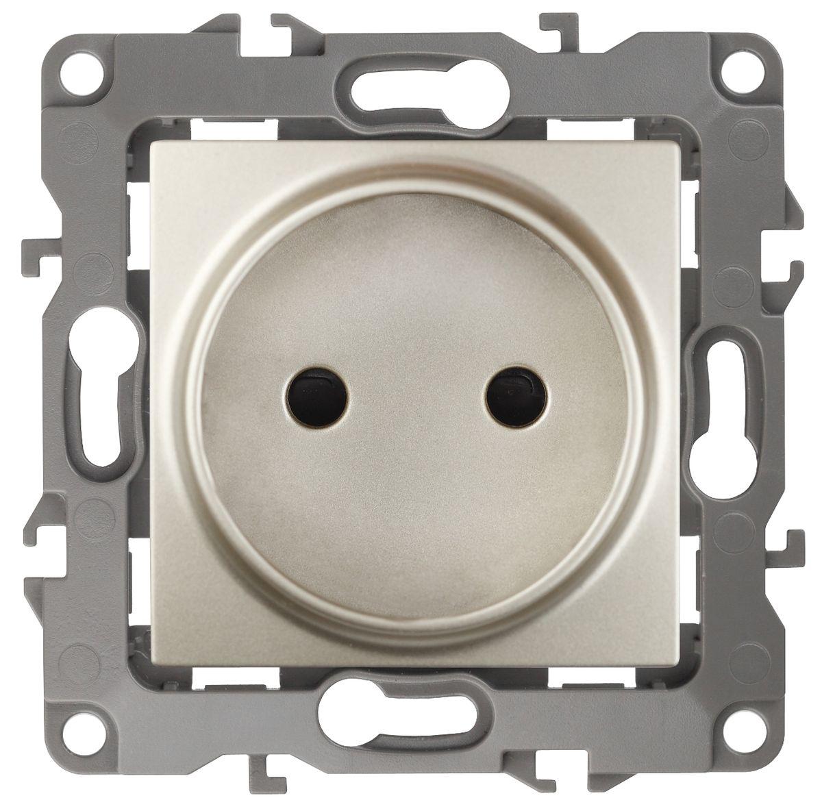 Розетка ЭРА 2P, 16АХ-250В, Эра12, шампань12-2105-04Автоматические зажимы. Такие зажимы кабеля обеспечивают быстрый и надежный монтаж изделия к электросети без отвертки и не требуют обслуживания в отличие от винтовых зажимов.