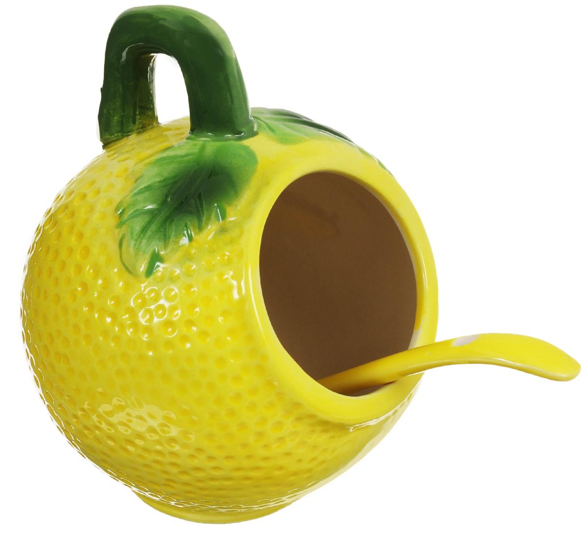 Банка для соли Elan Gallery Лимон, с ложкой, 250 мл110740Банка для соли Elan Gallery Лимон, изготовленная из высококачественной керамики, подойдет не только для соли, но и для сахара, специй и даже меда. Благодаря наклонной форме и ручке, она очень удобна в использовании. Изделие оформлено в виде лимона и имеет изысканный внешний вид. В комплект входит ложечка. Такая банка для соли стильно оформит интерьер кухни. Диаметр банки (по верхнему краю): 5 см. Высота банки (с учетом ручки): 10,5 см. Общая длина ложки: 12 см. Диаметр рабочей поверхности ложки: 3 см.