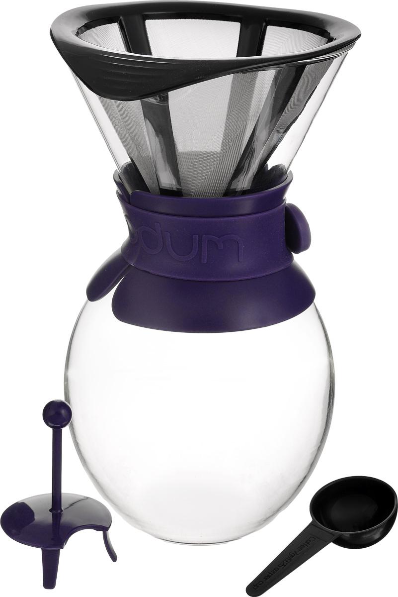 Кофейник Bodum Pour Over, с фильтром, цвет: прозрачный, фиолетовый, 1,5 лA11593-XYB-Y15_фиолетовыйКофейник с фильтром Bodum Pour Over предназначен для заваривания кофе, он гарантирует великолепный, богатый вкус и стойкий аромат при одновременном сохранении натуральных эфирных масел молотого кофе. Кофейник изготовлен из боросиликатного термостойкого стекла, снабжен специальной пластиковой вставкой с силиконовым ремешком, чтобы не обжечь руки. Фильтр выполнен из пластика с сеткой из коррозионностойкой стали. Кофейник очень прост в использовании. Заполните воронку молотым кофе, предназначенным для приготовления капельным способом. Медленно вливайте горячую воду, дайте воде просочиться сквозь кофе, готовый кофе будет капать в емкость. В комплекте предусмотрена специальная мерная ложечка на 7 грамм кофе. Диаметр емкости (по верхнему краю): 14 см. Высота емкости: 25 см. Размер фильтра: 17 х 14,5 х 13 см.