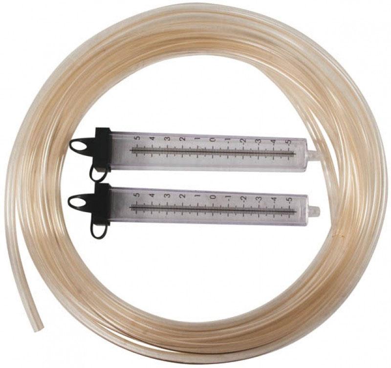 Гидроуровень строительный Калита, со шкалой, длина 15 м18715_УВСГидроуровень со шкалой Калита - это приспособление для оценки взаимного расположения удаленных точек относительно горизонтальной плоскости. Это устройство незаменимо при заливке фундаментов и стяжек, при монтаже балок, полов, потолков. Строительный гидроуровень состоит из двух колб, соединенных прозрачной трубкой, на колбы нанесена шкала с центральной нулевой меткой. Для удобства работы колбы имеют герметичные крышки, которые предотвращают вытеснение жидкости из гидроуровня при его переносе и хранении. Во время работы колпачки крышек должны быть открыты. Принцип работы гидроуровня построен на физическом законе сообщающихся сосудов (закон Паскаля), который гласит, что уровень жидкости в сообщающихся сосудах будет одинаковым. Диаметр шланга: 5 мм. Длина: 15 м.