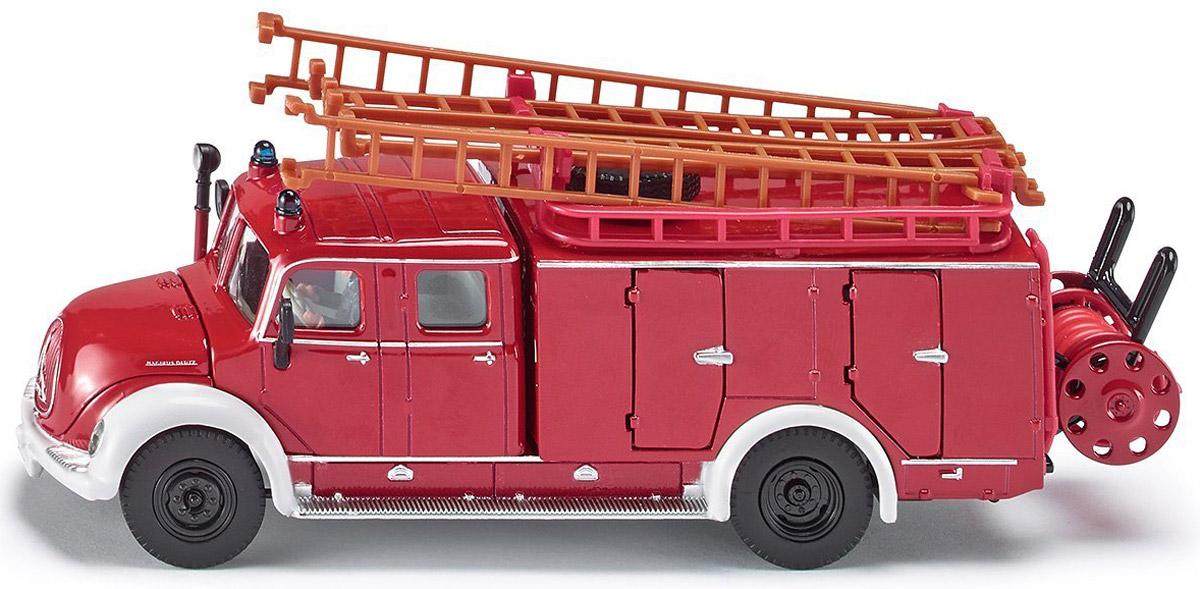 Siku Пожарная машина Magirus4115Корпус, кабина и шасси игрушечной ретро-модели пожарной машины Siku Magirus выполнены из металла, лобовое и боковые стекла из прозрачного пластика, колеса выполнены из резины и имеют свободный ход. Пожарные лестницы снимаются с машины, лестницы можно сцеплять между собой до необходимой длины. Капот машины открывается. В кабине за рулем находится фигурка водителя. Крышки отсеков для дополнительного оборудования открываются. На крыше машины под лестницами имеется запасное колесо. Сзади пожарной машины расположена съемная катушка с пожарным шлангом, катушка снимается с машины, пожарный шланг можно размотать. Игры с моделями способствуют развитию воображения, мышления, мелкой моторики рук и координации движений.