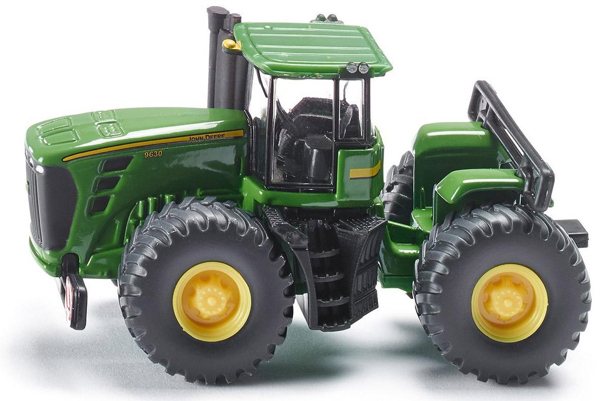 Siku Трактор John Deere 96301892Игрушечная модель трактор John Deere 9630, корпус трактора выполнены из металла, кабина трактора из пластмассы, колёса выполнены из резины и вращаются, можно катать. Задняя часть трактора поворачивается. Трактор оборудован сцепным устройством совместимым с прицепами SIKU FARMER масштаба 1:87