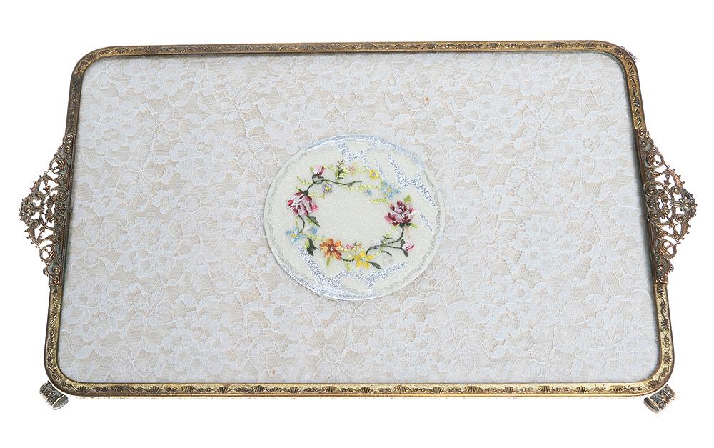 Поднос для дамского туалетного столика. Латунь, филигрань, кружево, вышивка. 32 х 19 см. Великобритания, 1920-е гг.