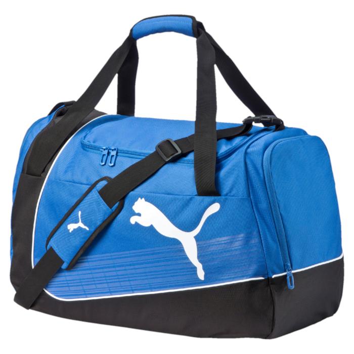 Сумка спортивная Puma Evo Power, цвет: синий, черный. 0738780207387802Сумка для занятий спортом Puma Evo Power выполнена из полиэстера, оформлена изображением логотипа бренда. Сумка имеет одно основное отделение, которое закрывается клапаном на застежку-молнию с двумя бегунками. По бокам изделия расположены два вместительных кармана, каждый из которых закрывается на застежку-молнию. Изделие оснащено удобным плечевым ремнем регулируемой длины. Плечевой ремень дополнен мягкой подложкой. У основания плечевого ремня расположен специальный врезной карман для его хранения. Сумка оснащена двумя практичными ручками для переноски, которые также дополнены мягкой подложкой. Дно изделия дополнено жесткой вставкой и оснащено пластиковыми ножками. Практичная и стильная сумка вместит в себя все необходимое и станет незаменимым аксессуаром для занятий спортом.