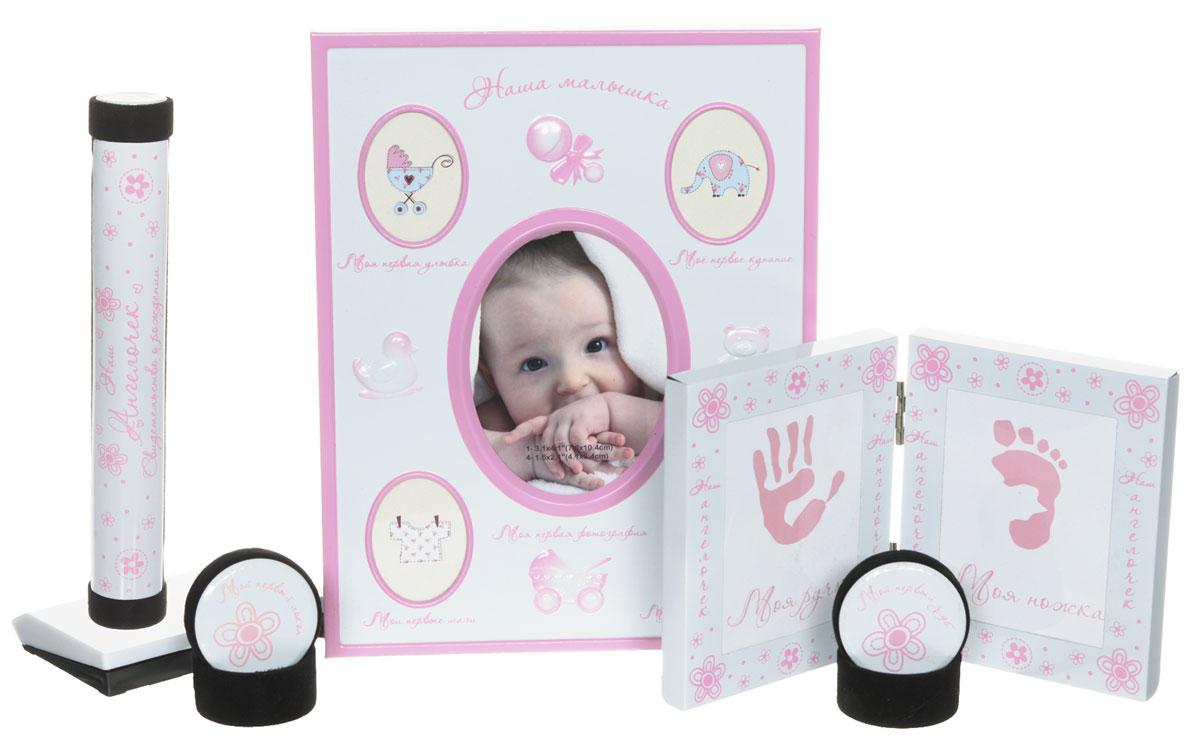 Bradex Набор подарочный для новорожденного Моя малышкаDE 0132Сохраните мимолетные мгновения жизни вашего ребенка с помощью необычного набора для новорождённого Моя малышка. Рамка для первых фотографий прекрасно впишется в домашний интерьер и долгие годы будет напоминать всей семье о самых значимых моментах вашего крохи. Кроме того, рамочки, куда вы сможете поместить отпечатки крохотной ручки и ножки, позволят создать оригинальный сувенир, который всю оставшуюся жизнь будет напоминать всей семье, каким крохотным и трогательным был ваш малыш. Отпечатки можно сделать, приложив ручку или ножку малыша к губке с чернилами и затем, приложив к бумаге. В набор входят две миниатюрные круглые шкатулки, у каждой из которых - четкое предназначение. В одной шкатулке нужно хранить первый локон, который все родители обязательно сохраняют после первой стрижки подросшего малыша. Во вторую шкатулку кладут первый выпавший молочный зубик, который также принято хранить на память. Удобный футляр для свидетельства о рождении так же станет незаменимым...