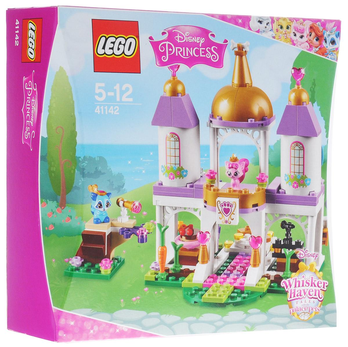 LEGO Disney Princesses Конструктор Королевские питомцы Замок 4114241142Котенок принцессы Авроры Милашка и енотик Покахонтас Василек пригласили всех друзей на бал в королевском замке домашних питомцев. Вскарабкайтесь на наблюдательную башню - гостей еще не видно? Сыграйте всем на фортепиано, а затем устройте танцы на вращающемся полу. После вечеринки для каждого королевского питомца найдется место во дворце. Набор включает в себя 186 разноцветных пластиковых элементов. Конструктор - это один из самых увлекательных и веселых способов времяпрепровождения. Ребенок сможет часами играть с конструктором, придумывая различные ситуации и истории.