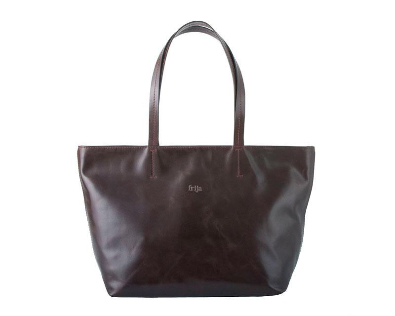 Сумка женская FRIJA, цвет: коричневый. 21-0050-1721-0050-17Удобная и вместительная женская сумка Frija из эксклюзивной лимитированной линии Apres La pluie (После дождя). Каждая сумка имеет индивидуальный номер от 1 до 30. Изысканная женская сумка Frija, выполнена из качественной натуральной кожи. Сумка закрывается на застежку-молнию, оснащена двумя удобными ручками высотой 23см, благодоря этому модель удобно носить на плече. Внутри - большое отделение, втачной карман на застежке-молнии и два накладных кармашка для телефона, мелких бумаг. Изделие упаковано в фирменный чехол. Роскошная сумка внесет элегантные нотки в ваш образ и подчеркнет ваше отменное чувство стиля. Размеры: Д45 х Ш12 х В30