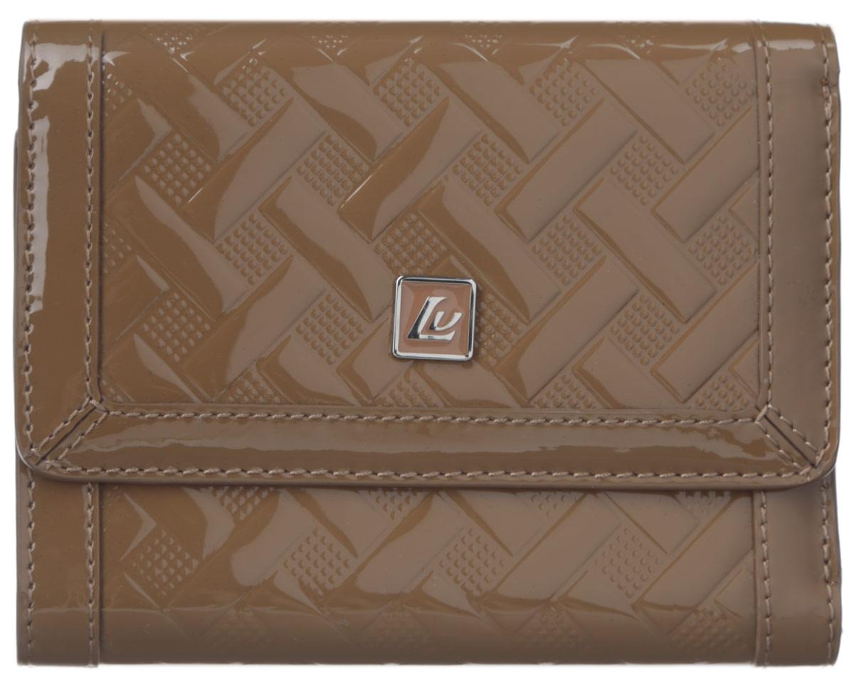 Кошелек женский Leo Ventoni, цвет: темно-бежевый. L330421L330421-tanОригинальный женский кошелек Leo Ventoni выполнен из натуральной лаковой кожи, оформленной оригинальным тиснением, и дополнен декоративным элементом с символикой бренда. Внутри - три отделения для купюр, в одном из которых расположен потайной кармашек, четыре кармашка для кредитных карт, три боковых кармана для мелочей и один кармашек с прозрачным пластиковым окошком. Снаружи имеется врезной карман на металлической застежке-молнии для монет. Изделие закрывается клапаном на замок-кнопку. Кошелек упакован в коробку из плотного картона с логотипом фирмы. Такой кошелек станет замечательным подарком человеку, ценящему качественные и практичные вещи.