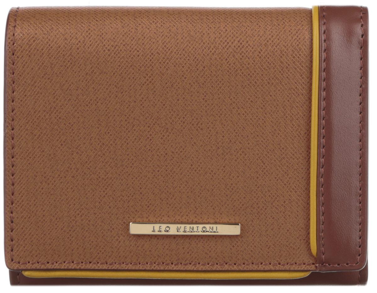 Кошелек женский Leo Ventoni, цвет: коричневый, песочный. L330788L330788 marroneОригинальный женский кошелек Leo Ventoni выполнен из натуральной кожи, дополнен вставкой контрастного цвета и металлической пластиной с гравировкой бренда. Внутри - одно отделение для купюр, девять кармашков для кредитных карт и визиток, пять боковых карманов для мелочей и два кармашка с прозрачным пластиковым окошком. Снаружи имеется врезной карман на пластиковой застежке-молнии для монет. Изделие закрывается клапаном на замок-кнопку. Кошелек упакован в коробку из плотного картона с логотипом фирмы. Такой кошелек станет замечательным подарком человеку, ценящему качественные и практичные вещи.