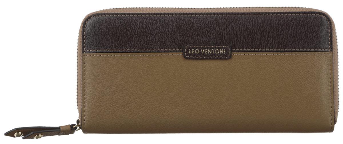 Кошелек женский Leo Ventoni, цвет: темно-бежевый, темно-коричневый. L330433L330433-tan/marroneМодный женский кошелек Leo Ventoni выполнен из натуральной кожи зернистой фактуры, оформлен вставкой контрастного цвета и нашивкой с принтом в виде логотипа бренда. Внутри - пять отделений для купюр, восемь кармашков для кредитных карт или визиток, отделение для монет на пластиковой молнии и карман с прозрачным пластиковым окошком. Кошелек застегивается на металлическую застежку-молнию. Изделие поставляется в фирменной упаковке. Кошелек Leo Ventoni станет отличным подарком для человека, ценящего качественные и практичные вещи.