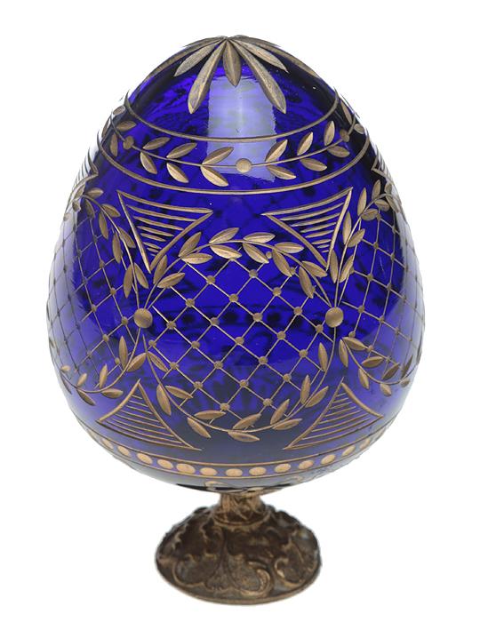 Яйцо пасхальное на ножке, в стиле Фаберже. Хрусталь темно-синего цвета, гравировка, металл. Россия, 2000-е гг.