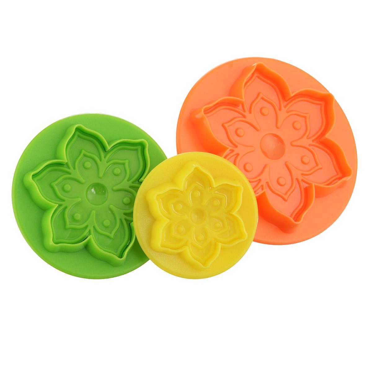 Набор форм для печенья Mayer & Boch Цветок, цвет: зеленый, оранжевый, желтый, 3 шт24014_зеленый,оранжевый,желтыйНабор Mayer & Boch Цветок состоит из трех формочек, выполненных из разноцветного пластика. Изделия имеют форму цветов, оснащены удобными ручками. Раскатайте тесто, возьмите форму, надавите ею на тесто (как будто ставите печать) и у вас получится красивая вырезка в виде цветочка. Такой набор формочек позволит приготовить печенье по вашему любимому рецепту, но в необычном оформлении, которое обязательно придется по душе и детям, и взрослым. Диаметр форм: 8 см, 7 см, 5 см.