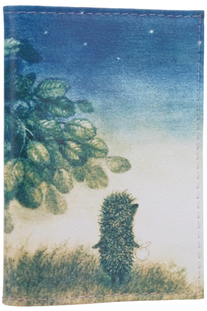 Визитница Mitya Veselkov Ежик ночью, цвет: молочный, синий, коричнево-зеленый. VIZIT-010VIZIT-010Оригинальная визитница Mitya Veselkov Ежик ночью прекрасно подойдет для хранения визиток и пластиковых карт. Визитница выполнена из натуральной кожи и оформлена изображением персонажа мультфильма Ежик в тумане. Внутри содержатся съемный блок из прозрачного мягкого пластика на восемнадцать визиток и два прозрачных боковых кармана. Стильная визитница подчеркнет вашу индивидуальность и изысканный вкус, а также станет замечательным подарком человеку, ценящему качественные и практичные вещи.
