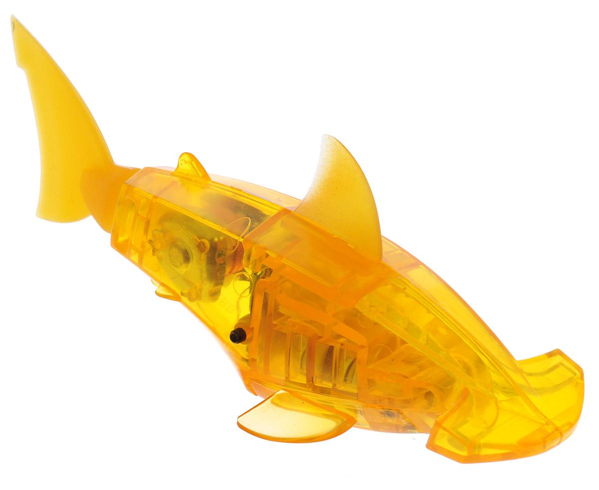 HexBug Микро-робот AquaBot с аквариумом цвет желтый460-3673Уникальный микро-робот Hexbug Aquabot изготовлен из безопасного пластика и выполнен в виде забавной рыбки. Теперь микро-роботы осваивают и водные глубины! Все что нужно - это прозрачная емкость и простая водопроводная вода. Бросьте Aquabot в жидкость, он почувствует комфортную для себя стихию и радостно зашевелит хвостом. Несколько режимов работы робота позволяют ему точно имитировать движение настоящей рыбки, неспешно плавая на поверхности или быстро погружаясь на глубину. Робот Aquabot плавает как настоящая рыба и непредсказуем в направлении движения. Если микро-робот замер, то достаточно просто всколыхнуть аквариум, и он снова поплывёт. Вне воды он автоматически выключается. В комплект входит пластиковый аквариум. Для работы игрушки необходимы 2 батарейки типа LR44 (в комплекте).
