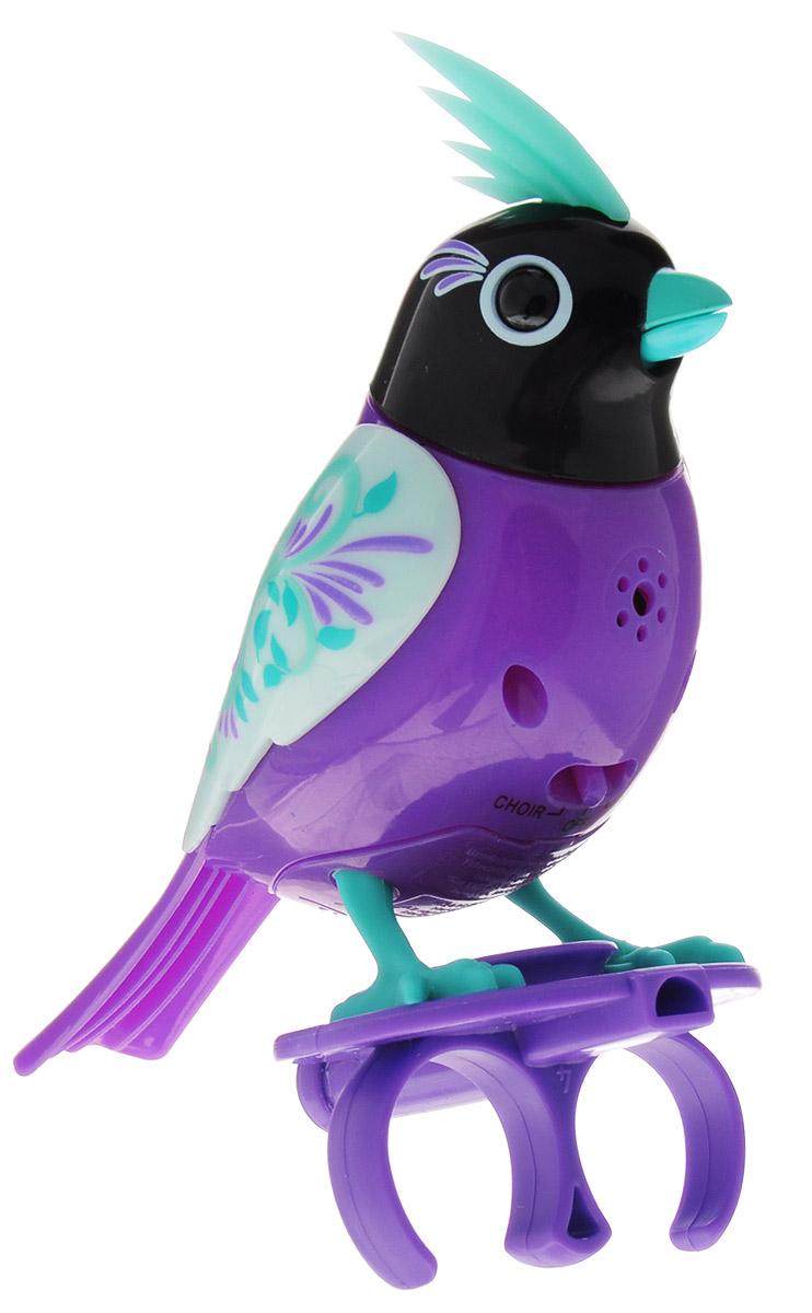 DigiFriends Интерактивная игрушка Птичка с кольцом цвет фиолетовый бирюзовый черный88286_фиолетовый,бирюзовый,черныйУ вас есть шанс получить уникального домашнего питомца - поющую птичку. Не каждый может похвастаться этим. Эта умная птичка интерактивная, она будет развлекать вас различными мелодиями, пением и ритмичными движениями. Для активизации птички необходимо подуть на нее. Чтобы активировать режим проигрывания мелодий достаточно посвистеть в свисток, который имеется в комплекте. Игрушка издает 55 вариантов мелодий и звуков. Кольцо-свисток может служить как переносной насест для птички. Ребенок может надеть кольцо на два пальца, закрепить там игрушку и свободно играть или даже бегать. Птичка DigiFriends устойчива на любой ровной поверхности. Игрушка может поворачивать голову и шевелить клювом в такт мелодии. Игрушка работает в двух режимах: соло и хор. Можно синхронизировать неограниченное количество птичек или других персонажей DigiFriends. Главным в хоре становится персонаж, которого первого включили. Необходимо размещать DigiFriends на расстоянии не более 15 см от главной...
