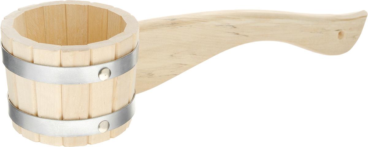 Черпак для бани и сауны Proffi Sauna, 300 млPS0135Черпак Proffi Sauna, выполненный из березы, относится к малой банной утвари, которая просто незаменима для создания удобства и комфорта во время банной процедуры. Он предназначен для подбрасывания воды на раскаленные камни, а также используется для набирания воды в шайки и ведра. Длинная горизонтальная ручка черпака не позволит обжечься о горячие камни или воду. Эксплуатация бондарных изделий. Перед первым использованием бондарное изделие рекомендуется подготовить. Для этого нужно наполнить изделие холодной водой и оставить наполненным на 2-3 часа. Затем необходимо воду слить, обдать изделие сначала горячей, потом холодной водой. Не рекомендуется оставлять бондарные изделия около нагревательных приборов, а также под длительным воздействием прямых солнечных лучей. С момента начала использования бондарного изделия не рекомендуется оставлять его без воды на срок более 1 недели. Но и продолжительное время хранить в таких изделиях воду тоже не следует. После...