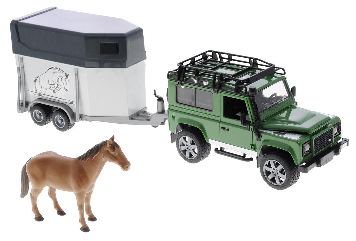 Bruder Игровой набор Land Rover Defender Station Wagon02-592Игровой набор Bruder Land Rover Defender Station Wagon станет замечательным подарком для вашего ребенка. Игрушка выполнена с высокой детализацией в масштабе 1:16. С левой стороны проходит выхлопная труба. Дверь водителя, пассажира и задняя двери открываются и снимаются. На крыше автомобиля прикреплен багажник. Задние сидения снимаются, и внедорожник превращается в удобный автомобиль для перевозки грузов. Капот поднимается и крюком фиксируется в верхнем положении. Передние колеса поворачиваются рулем. Кроме этого, к набору прилагается дополнительный руль (расположен на днище автомобиля), которым через крышу можно управлять колесами внедорожника. Передняя и задняя оси оснащены амортизаторами. Прицеп-коневозка оснащен небольшими окнами и тягово-сцепным устройством. Задний борт коневозки откидывается и превращается в настил. Колеса прорезинены. Игра с такой техникой развивает у ребенка логическое мышление и воображение, мелкую моторику, зрительное восприятие и память.