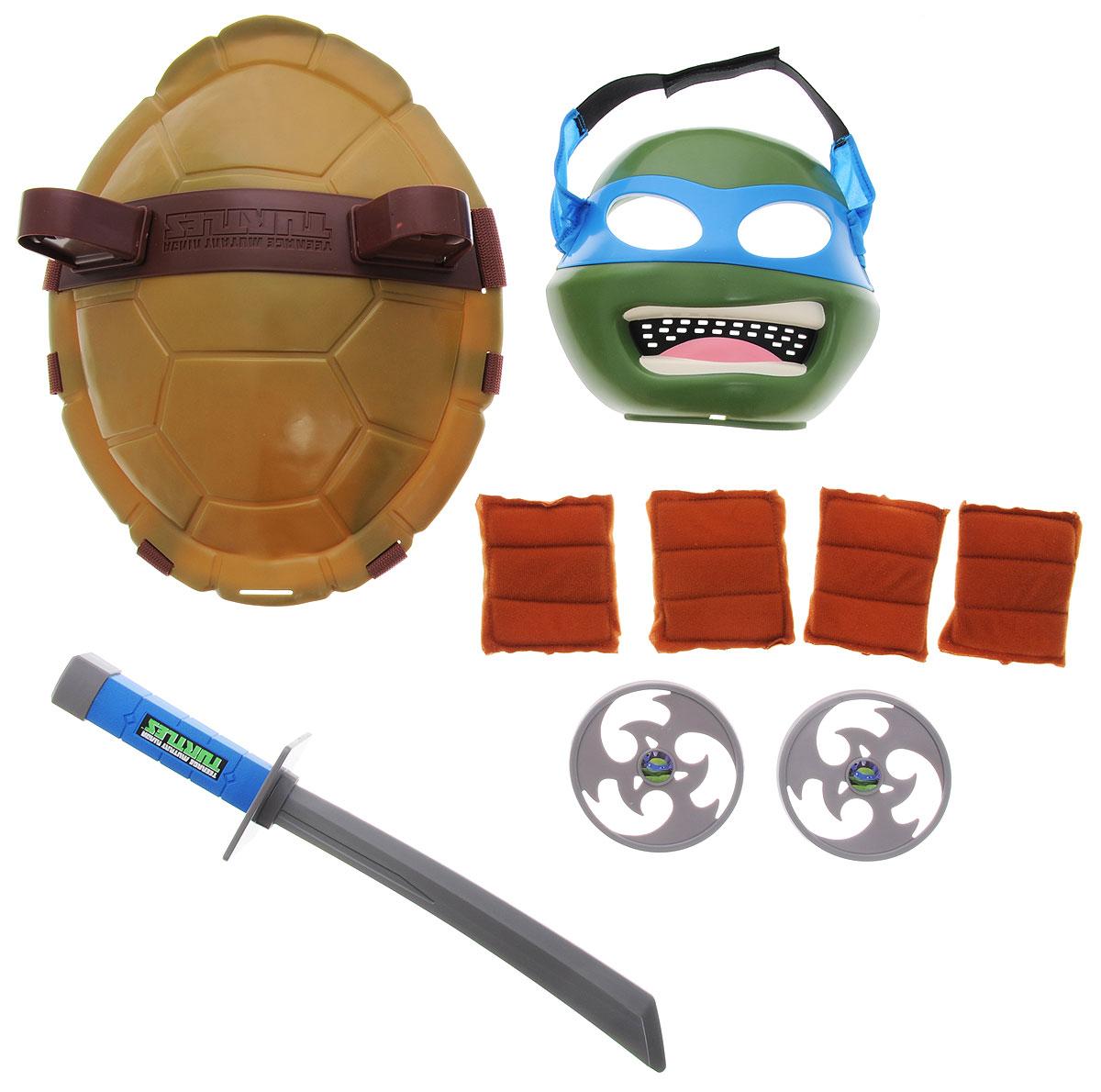Черепашки Ниндзя Полная экипировка Леонардо92081Полная экипировка Леонардо Черепашки Ниндзя непременно понравится вашему ребенку. Цвет повязок Леонардо синий. В качестве оружия он использует два ниндзято. Часто ссорится с Рафаэлем из-за его вспыльчивости. Комплект включает в себя предметы боевого снаряжения Черепашки-ниндзя Леонардо: маску, панцирь-щит, меч катана, 2 метательные звездочки, 2 налокотника, 2 наколенника. Маска имеет прорези для глаз и держится на голове при помощи эластичных ремешков на липучке. Внутри маски находится специальная резиновая накладка по контуру глаз и носа. Щит выполнен из прочного пластика и оснащен текстильными регулируемыми ремнями: с помощью липучки щит можно закрепить на поясе, с помощью пластиковых фиксаторов - на обоих плечах. Также щит снабжен двумя специальными универсальными держателями, которые подходят для любого оружия Черепашек-ниндзя. С такой экипировкой ваш ребенок без труда перевоплотиться в любимого героя. Не упустите шанс порадовать...