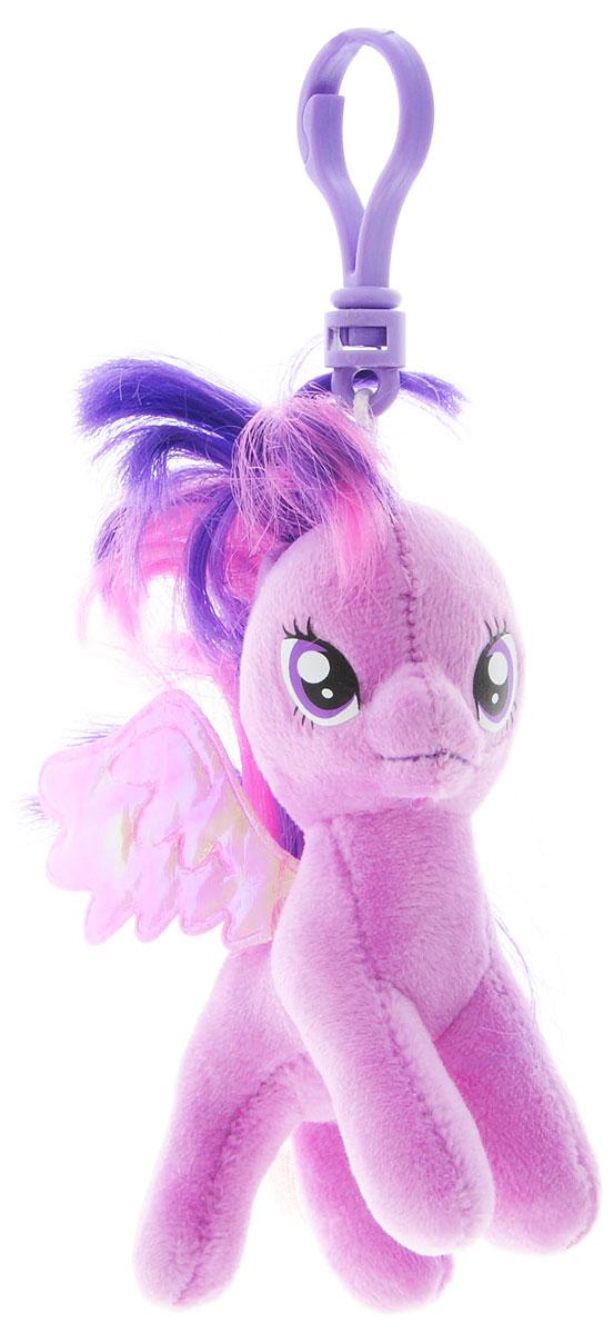 TY Мягкая игрушка-брелок Пони Twilight Sparkle 10 см41104Мягкая игрушка-брелок TY Пони Twilight Sparkle станет самым лучшим другом вашему малышу. У пони Сумеречная Искорка мягкая шерстка, оригинальный окрас, блестящие крылышки и огромные глазки. С помощью пластмассового карабина брелок можно пристегнуть на пояс, к рюкзаку, сумке, повесить на связку ключей. Яркое, интересное оформление игрушки притягивает взгляд! Это отличный подарок для любого ребенка!