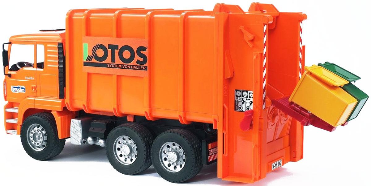 Bruder Мусоровоз MAN цвет оранжевый02-762Мусоровоз Bruder MAN выполнен в точной копии с реальной моделью в масштабе 1:16. Мусоровоз с задней загрузкой мусорных корзин. Водительская кабина откидывается (открывается доступ к двигателю), зеркала складываются. Подъемник мусорных корзин забрасывает мусор из корзин в заднюю часть мусорного контейнера, мусорный контейнер можно опрокинуть для сброса мусора. В задней части мусоровоза находятся два вала, которые забрасывают мусор подальше в мусоровоз и приводятся в движение специальной ручкой. Прорезиненные колеса обеспечивают хорошее сцепление с любой поверхностью пола. В комплект также входят два мусорных бака.