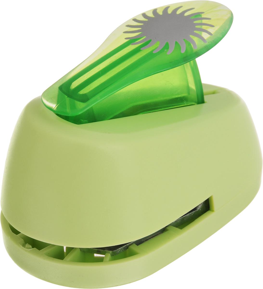 Дырокол фигурный Hobbyboom Солнце-василек, №88, цвет: салатовый, 2,5 смCD-99M-088_салатовыйДырокол фигурный Hobbyboom Солнце-василек, выполненный из прочного пластика и металла, используется в скрапбукинге для украшения открыток, карточек, коробочек и многого другого. Применяется для прорезания фигурных отверстий в бумаге. Вырезанный элемент также можно использовать для украшения. При применении на бумаге большей плотности или на картоне дырокол быстро затупится. Чтобы заточить нож компостера, нужно прокомпостировать самую тонкую наждачку. Предназначен для бумаги плотностью от 80 до 200 г/м2. Размер дырокола: 8 х 5 х 5,5 см. Размер готовой фигурки: 2,5 х 2,5 см.