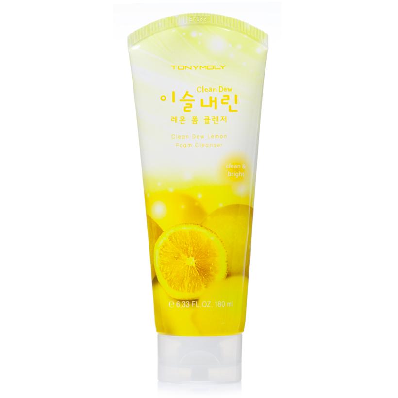 TonyMoly Пенка для умывания с экстрактом лимона Clean Dew Lemon Foam Cleanser, 180млSS02013100Пенка для ежедневного ухода за кожей и очищения её от загрязнений и макияжа. Основной компонент – экстракт лимона, богатый витамином С. Экстракт лимона – мощный природный антиоксидант, защищает кожу от разрушительного действия свободных радикалов, ускоряет клеточный метаболизм, подавляет синтез меланина, благодаря чему осветляются существующие пигментные пятна и предотвращается появление новых. Осветляющая пенка для умывания не только эффективно удаляет с поверхности кожи макияж и загрязнений, но также глубоко очищает поры от скопившегося кожного жира и отшелушивает омертвевшие клетки. Очищенная и обновленная кожа становится ровнее, поры сужаются, а тон лица становится светлым, чистым, сияющим. Пенка с экстрактом лимона предназначена для ухода за тусклой, усталой, пигментированной, проблемной, комбинированной и жирной кожей. Марка Tony Moly чаще всего размещает на упаковке (внизу или наверху на спайке двух сторон упаковки, на дне банки, на тубе сбоку) дату изготовления в формате:...
