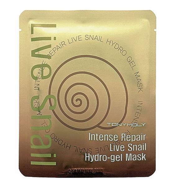 TonyMoly Гидрогелевая маска Intense Repair Live Snail Hydro-gel Mask, 25 грSS05011600Супер увлажняющая и питательная маска для лица. Маска содержит 70% фильтрата секреции улитки. Маска отлично влияет на общее состояние кожи, повышает тонус и увлажняет. Выполнена она в виде гелевого разделенного на две части листа, что делает процесс не только полезным и приятным, но и очень интересным. Когда Вы нанесете маску на лицо, кожа становится похожа на стекло. Идеально гладкая и нежная. Пока маска на Вас, Вы можете сделать легкий массаж прямо поверх маски по массажным линиям. Результат - превосходная увлажненная кожа с суженными порами и естественным сиянием. Марка Tony Moly чаще всего размещает на упаковке (внизу или наверху на спайке двух сторон упаковки, на дне банки, на тубе сбоку) дату изготовления в формате: год/месяц/дата.