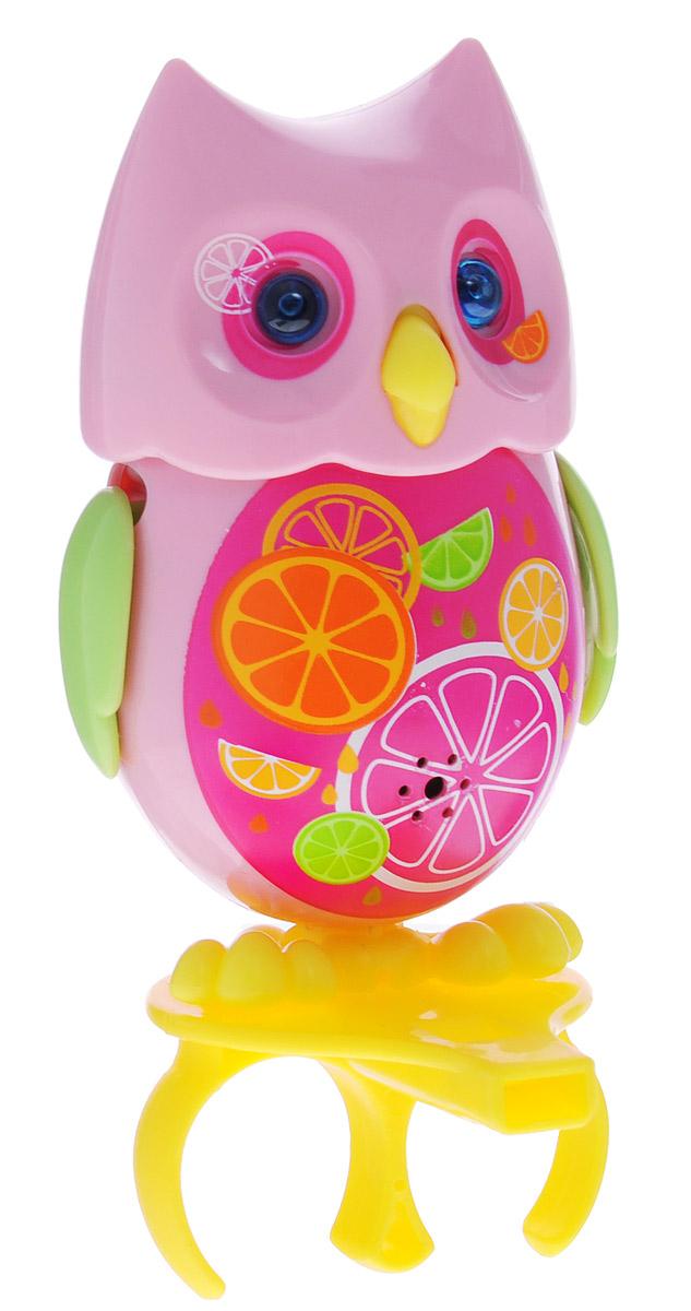 DigiFriends Интерактивная игрушка Сова с кольцом цвет розовый салатовый88285_розовый салатовыйУ вас есть шанс получить уникального домашнего питомца - сову. Не каждый может похвастаться этим. Эта умная птичка интерактивная, она будет развлекать вас различными мелодиями, уханьем, световыми эффектами и танцами в виде покачиваний в такт музыке. Для активизации совы необходимо подуть на нее. Чтобы активировать режим проигрывания мелодий и уханья совы, достаточно посвистеть в свисток, который имеется в комплекте. Игрушка издает 55 вариантов мелодий и звуков. Кольцо-свисток может служить как переносной насест для совы. Ребенок может надеть кольцо на два пальца, закрепить там сову и свободно играть или даже бегать. Сова DigiFriends устойчива на любой ровной поверхности. Когда сова поет, ее глаза весело сверкают. Сова может поворачивать голову и шевелить клювом в такт мелодии. Игрушка работает в двух режимах: соло и хор. Можно синхронизировать неограниченное количество сов или других персонажей DigiFriends. Главным в хоре становится персонаж, которого первого включили....