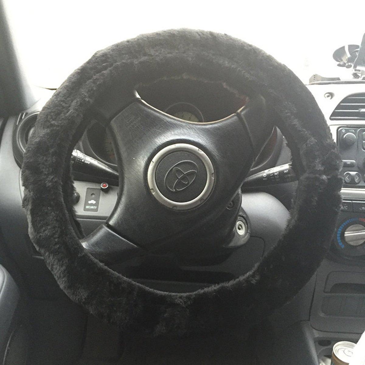 Оплетка на руль на резинке Auto premium, цвет: черный. 7700477004Меховая оплетка на рулевое колесо автомобиля черного цвета. Служит для большего комфорта в условиях минусовой температуры в авто. Подходит на все легковые автомобили. Стягивается по периметру специальной резинкой, благодаря этому крепко держится на руле