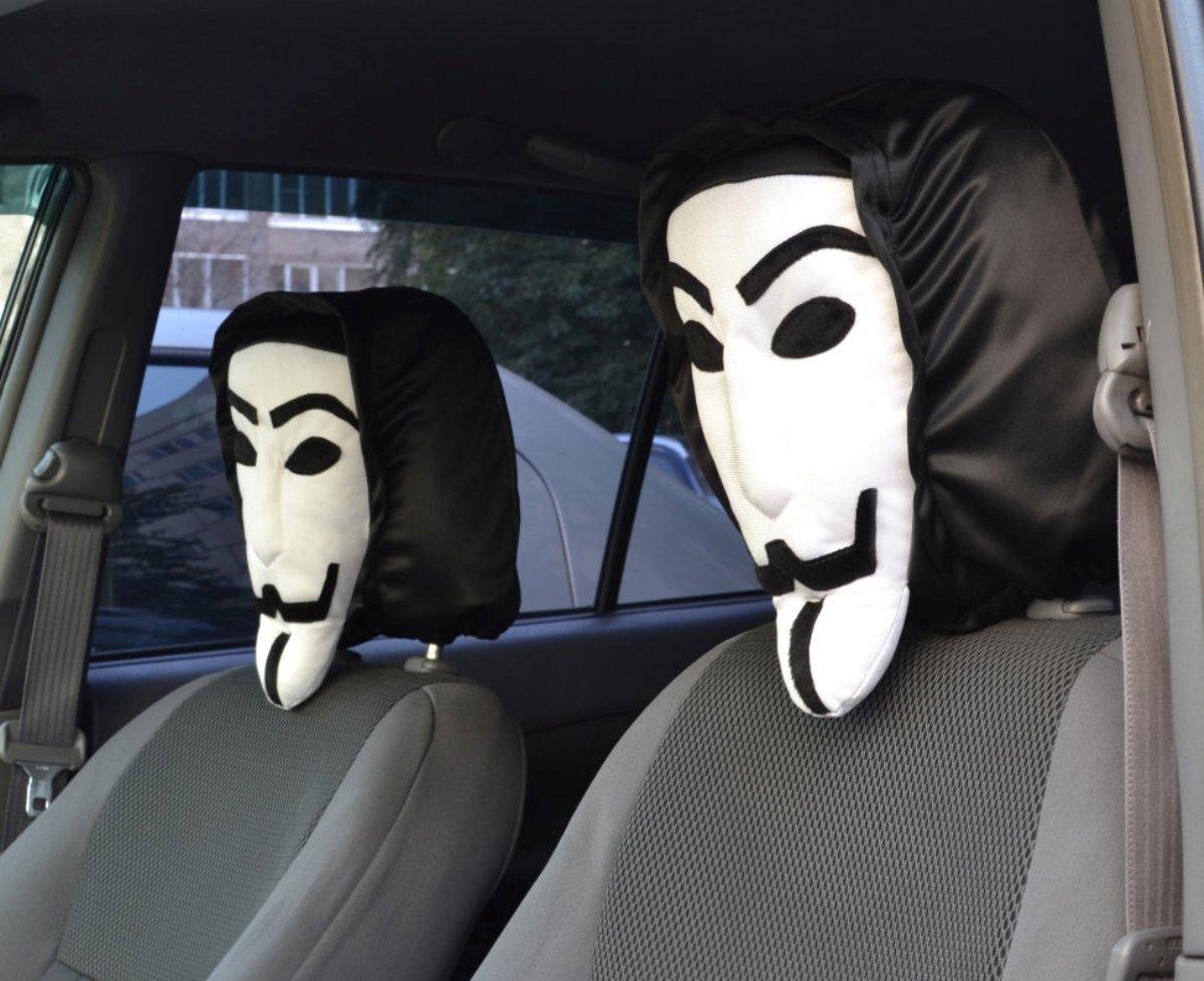 Чехол на подголовник Auto premium Анонимус (1 шт), цвет: черно-белый. 7702977029Чехол на подголовник Вендетта она же маска Гая Фокса - это простой способ выделиться в потоке машин. Даже когда машина просто стоит на стоянке Вау-эффект Вам обеспечен. привычный силуэт знаком многим и каждый обратит внимание. Создается ощущение что в машине сидит знаменитый персонаж. Этот чехол на подголовник можно использовать в качестве оригинального подарка или для своего авто, чтобы развлечь себя и близких. Ведь многие знают как выглядит маска Гая Фокса, или по крайне мере, сам внешний вид. Этот чехол на подголовник выполнен из полиэстеровой ткани повышенной долговечности.