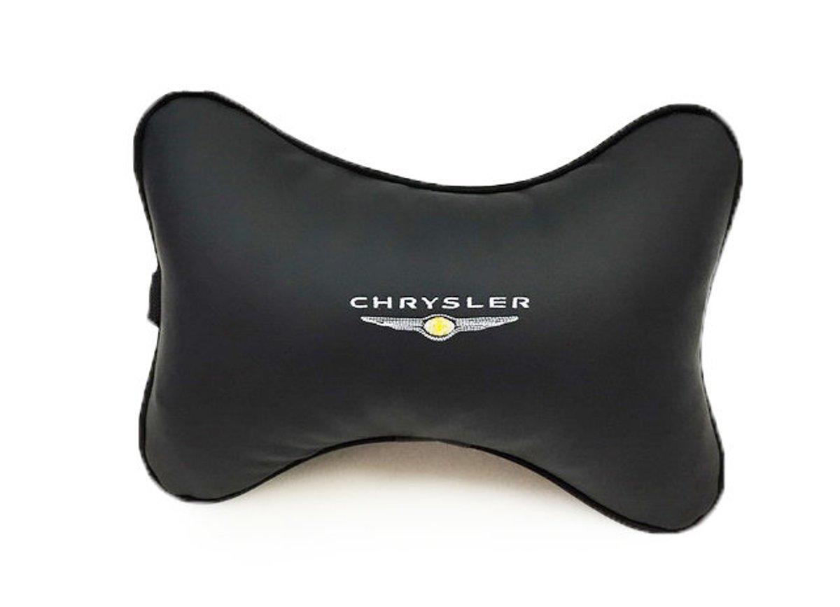 Подушка на подголовник Auto premium CHRYSLER, цвет: черный. 3703537035Подушка на подголовник-это прежде всего это лучший способ создать комфорт для шеи и головы во время пребывания в автомобильном кресле. Большинство штатных подголовников устроены так, что до них попросту не дотянуться. Данный аксессуар полность решает эту проблему, создавая мягкую ортопедическою поддержку. Подушка крепится к сиденью, а это значит один раз поставил - и забыл. Меньше утомляемость - а следовательно выше внимание и концентрация на дороге. Одинакова удобна для пассажира и водителя. Выполнена из эко-кожи, а значит имеет повышенный ресурс и прочность. Легко чистится влажной тряпкой, не требует стирки, не впитывает пыль и грязь. Экокожа дышащий материал, а значит будет комфортно и летом.